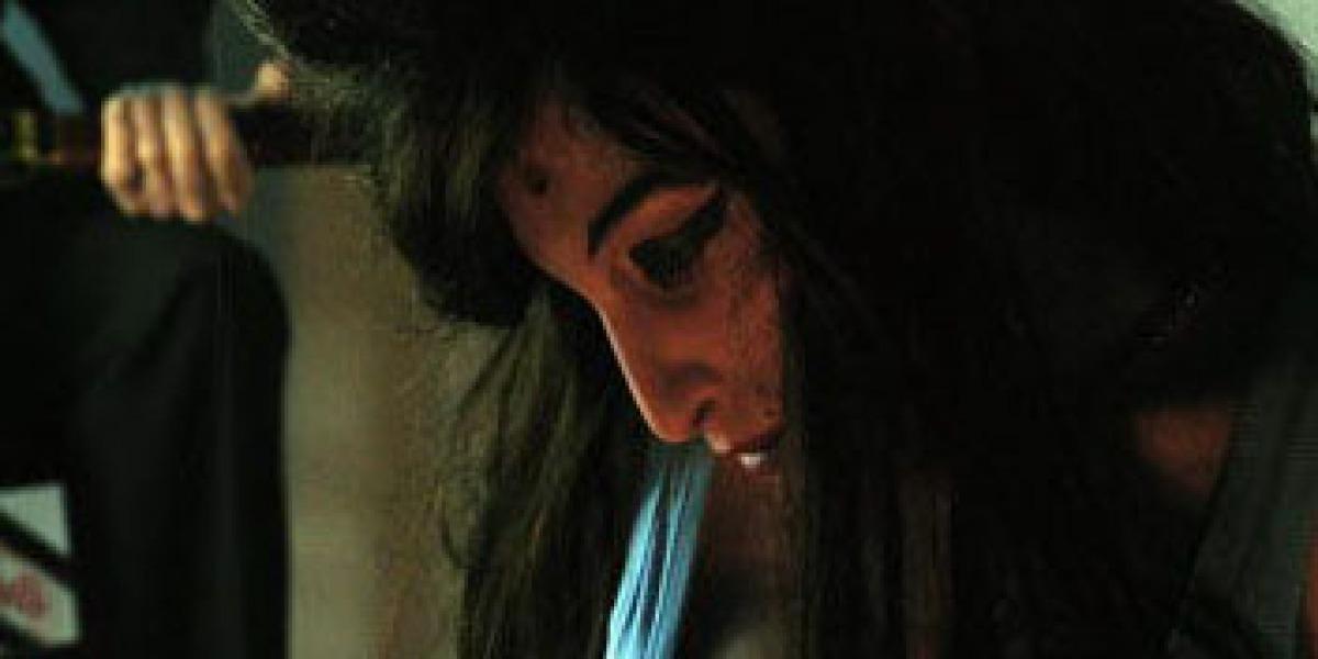 Escultura de Amy Winehouse con un tiro en la cabeza
