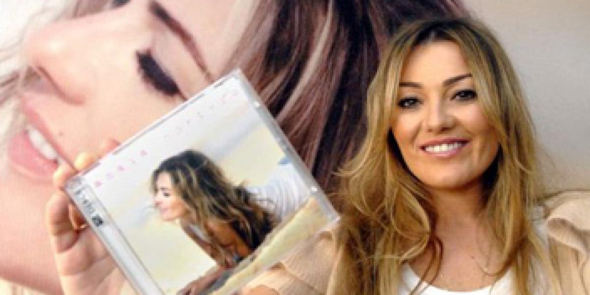 Amaia Montero muestra orgullosa su primer disco en solitario