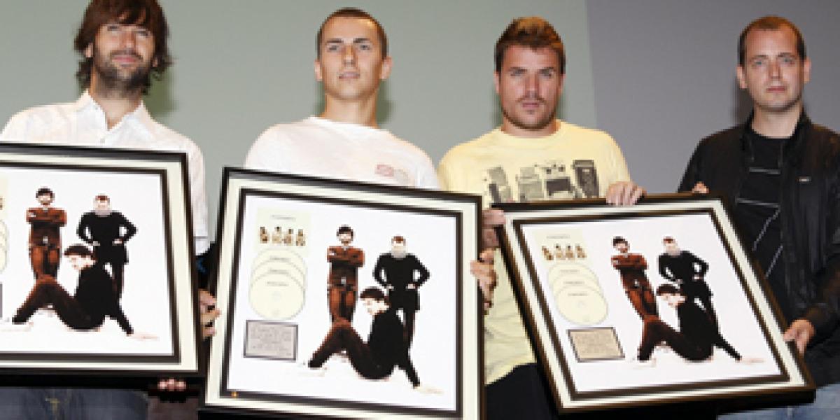 El Canto del Loco recibiendo el triple disco platino por su disco Personas