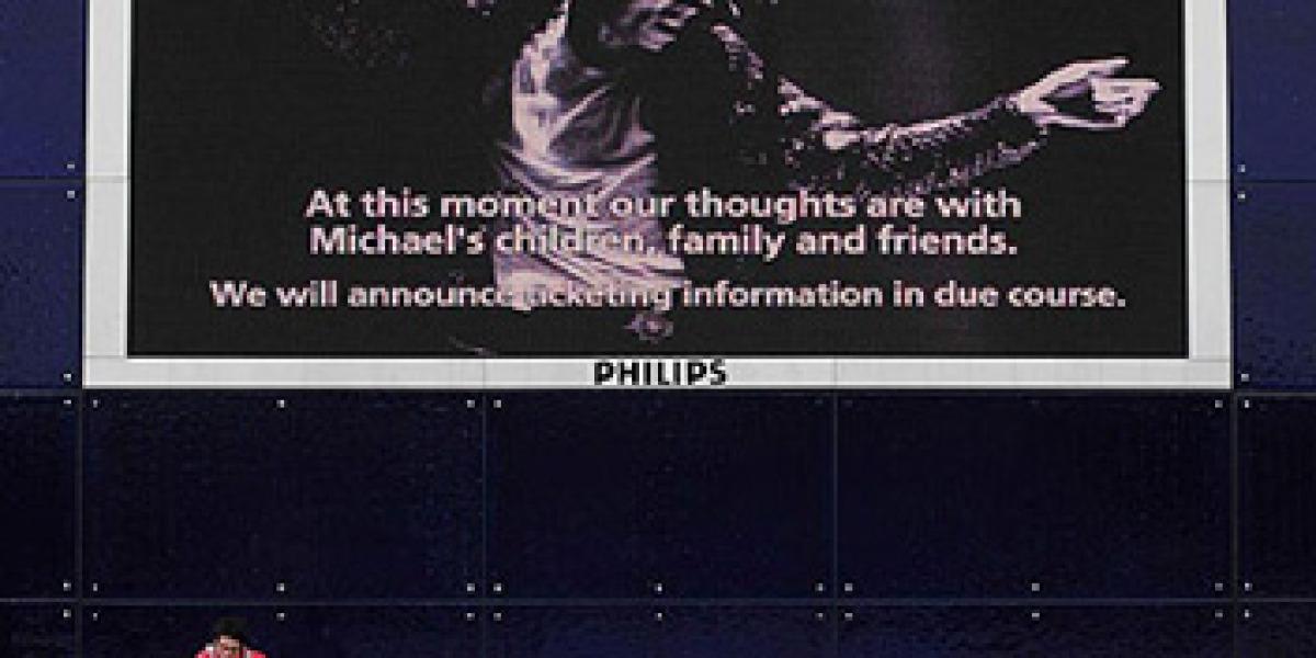 Alrededores del O2 Arena anunciando su muerte