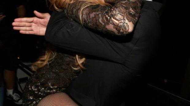 El apasionado beso de Shakira a Piqué
