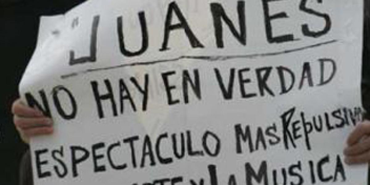 Pancarta de un manifestante en Miami contra el concierto de Juanes en La Habana