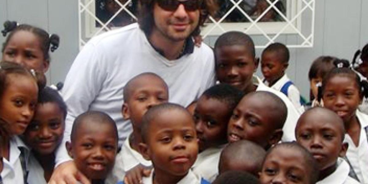 Antonio de la Rúa, novio de Shakira, junto a un grupo de niños de la Fundación Pies Descalzos,