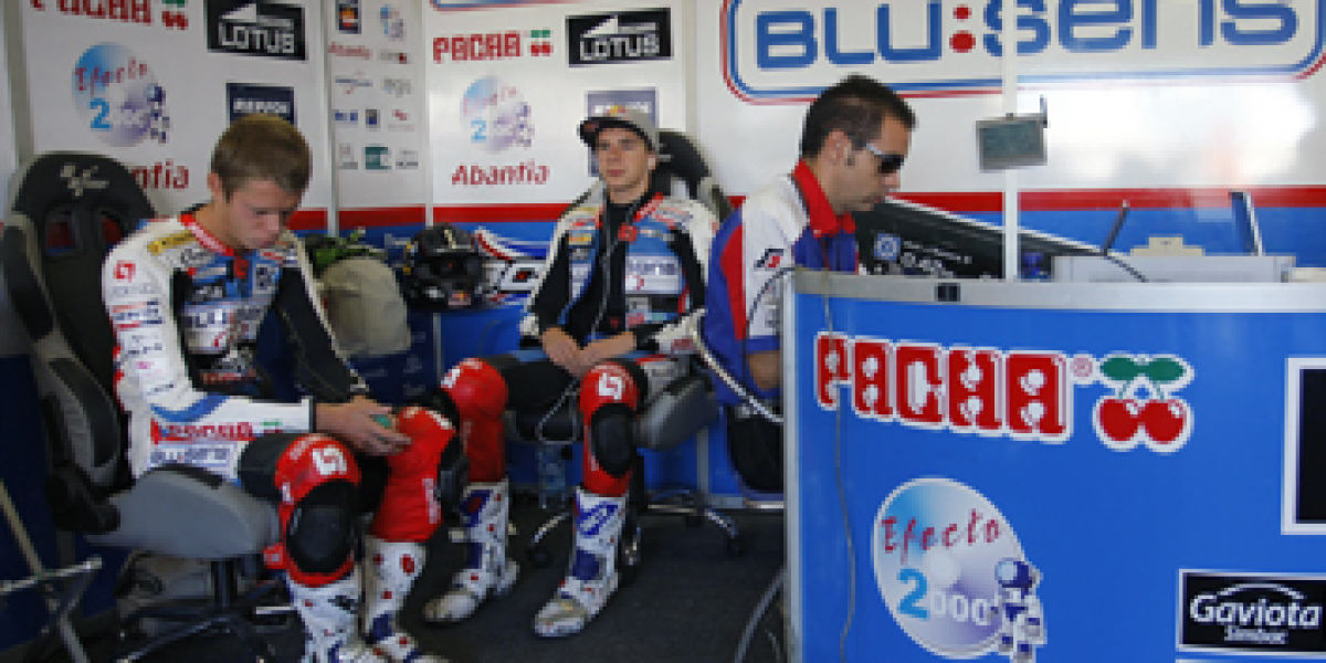 Nuestros pilotos en el box Aprilia Blusens Europa FM