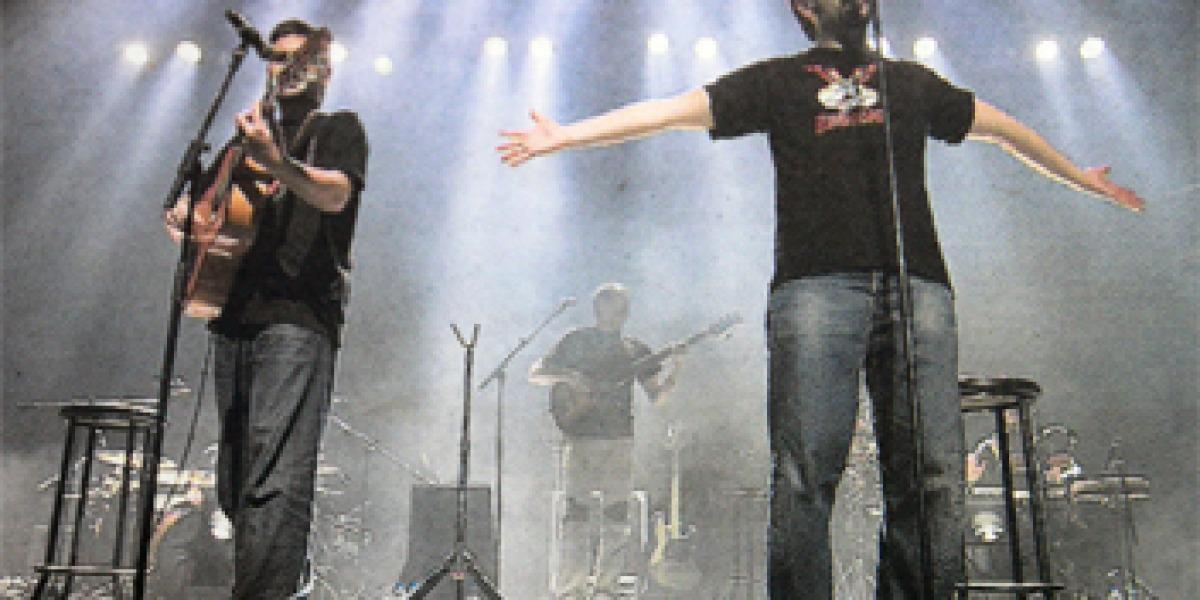 José (izquierda) y David Muñoz, celebrando Estopa X el martes en Cornellà