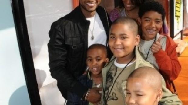 Usher posa junto a su familia