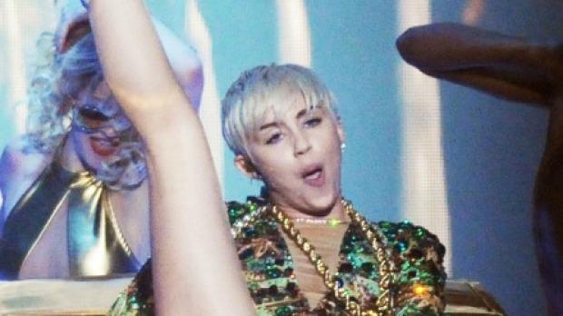 Miley Cyrus hace cantar a su vagina