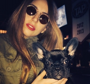 Lady Gaga posa con su bulldog francés