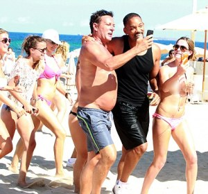 Una chica en topless persigue a Will Smith