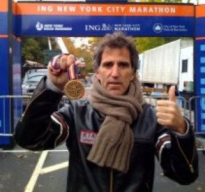 Mikel Erentxun muestra la medalla de participante en la NYC Marathon