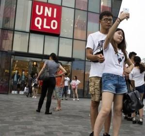 Una pareja se hace un selfie frente a la tienda