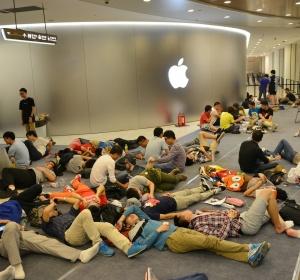 Gente haciendo cola a las puertas de la tienda Apple de Nanjing el pasado sábado